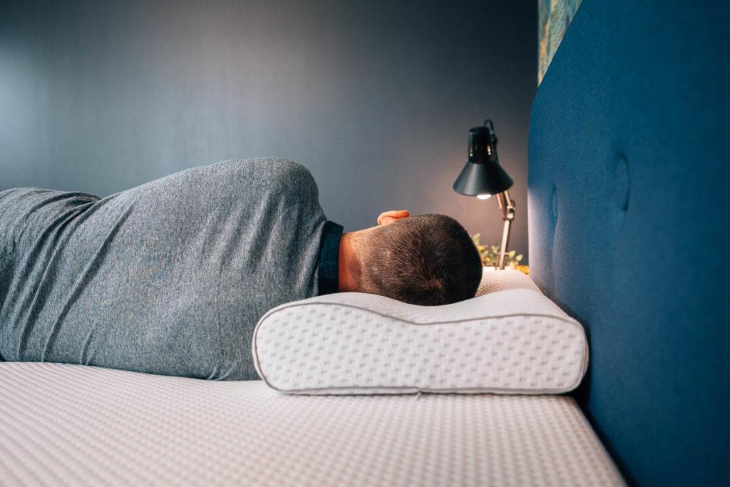 jak spać na poduszce ergonomicznej