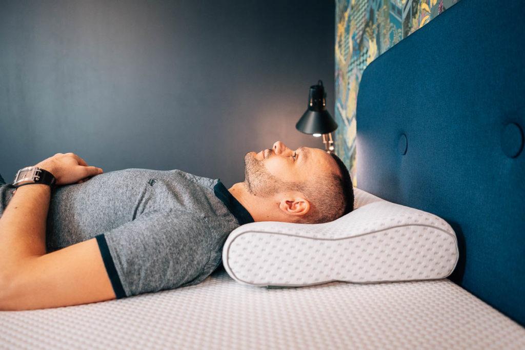 jak spać aby nie bolały plecy